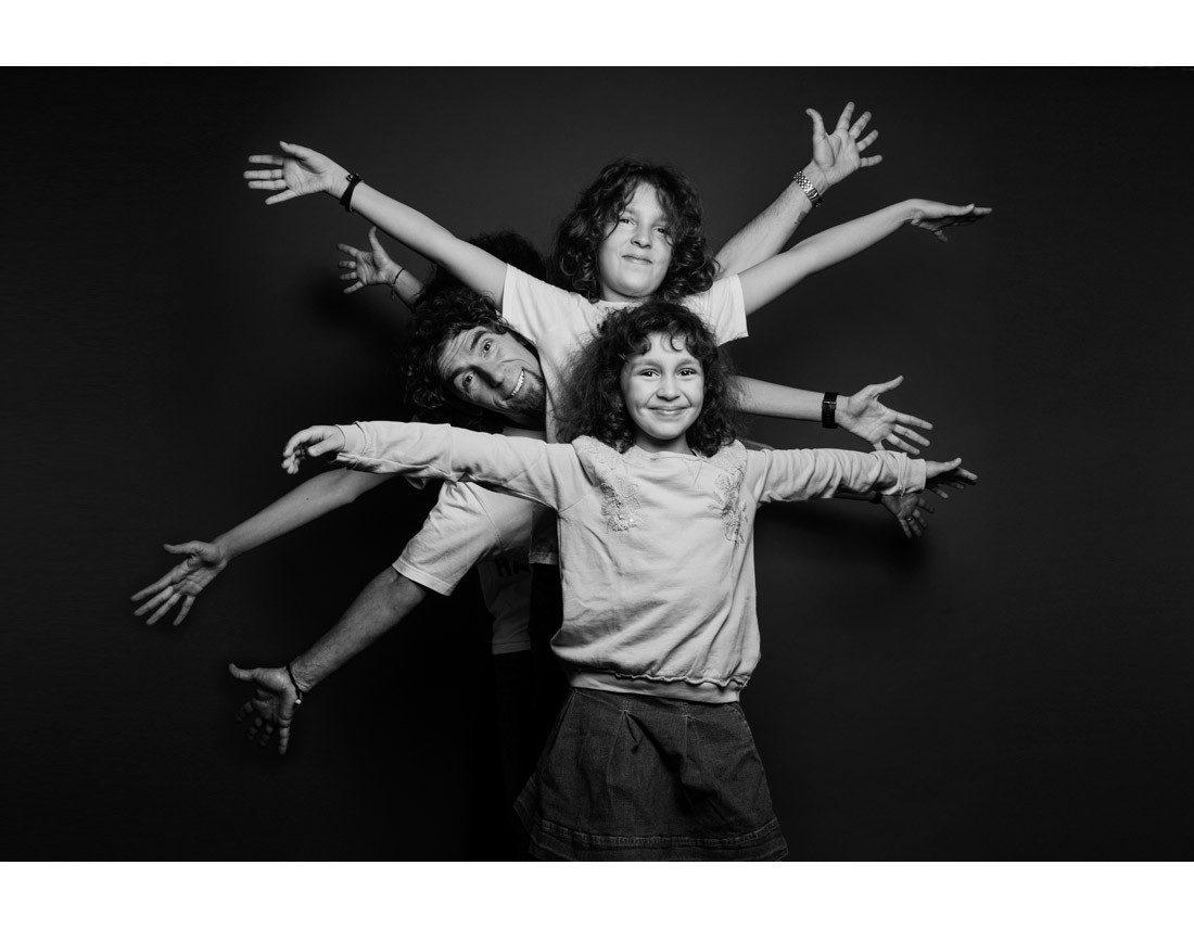 Portrait de famille avec bras etirés comme l'homme de vetruve.