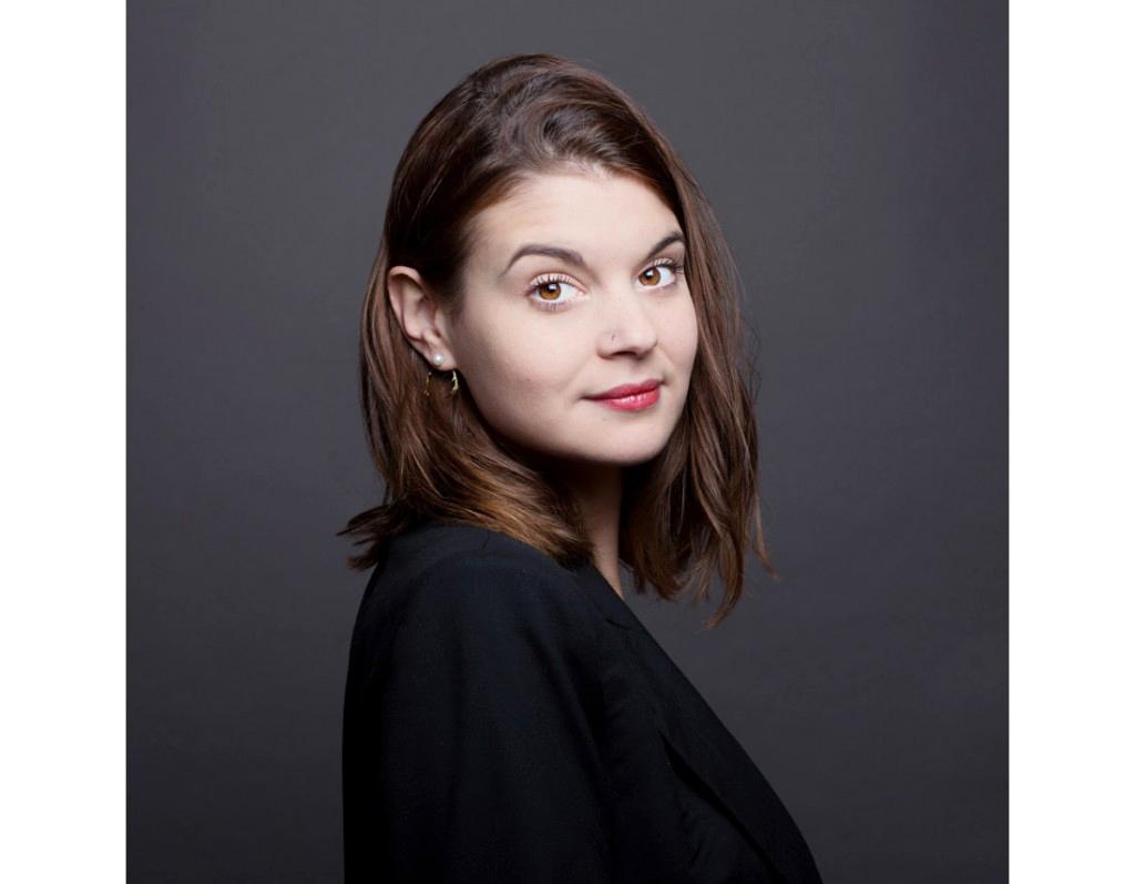 Portrait corporate de femme en studio, creatrice de bijoux
