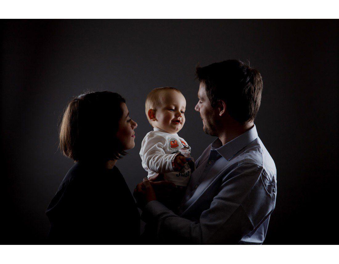 Photo de bébé dans les bras de ses parents.