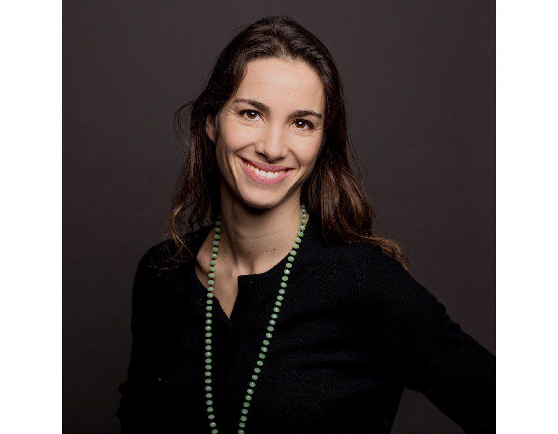 Portrait d'une femme au collier vert en studio.