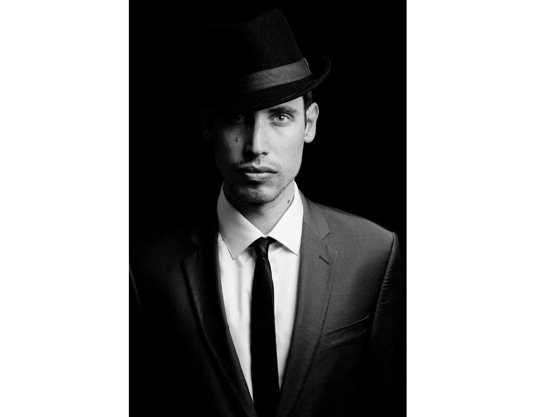 Homme avec chapeau et cravatte