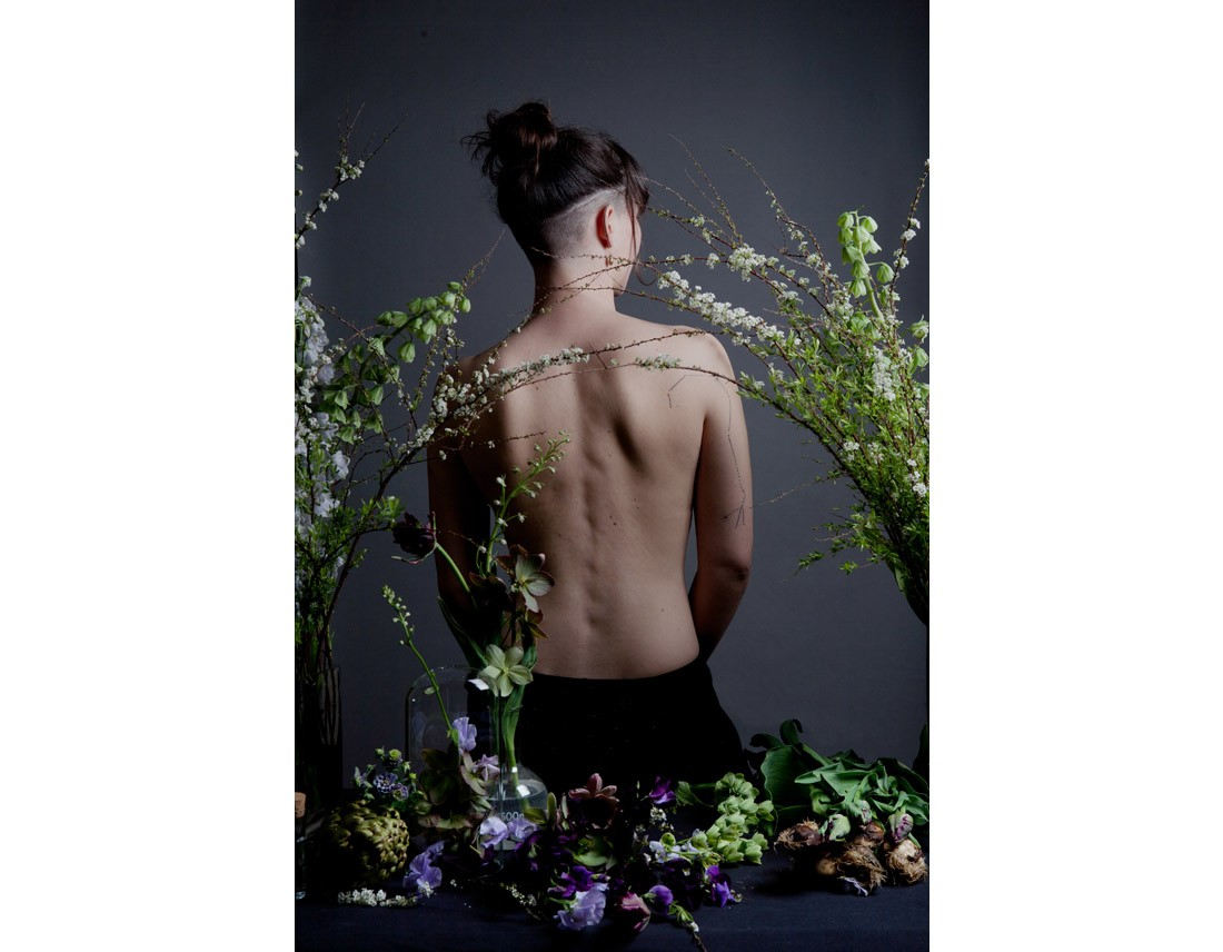 Femme de dos avec fleurs