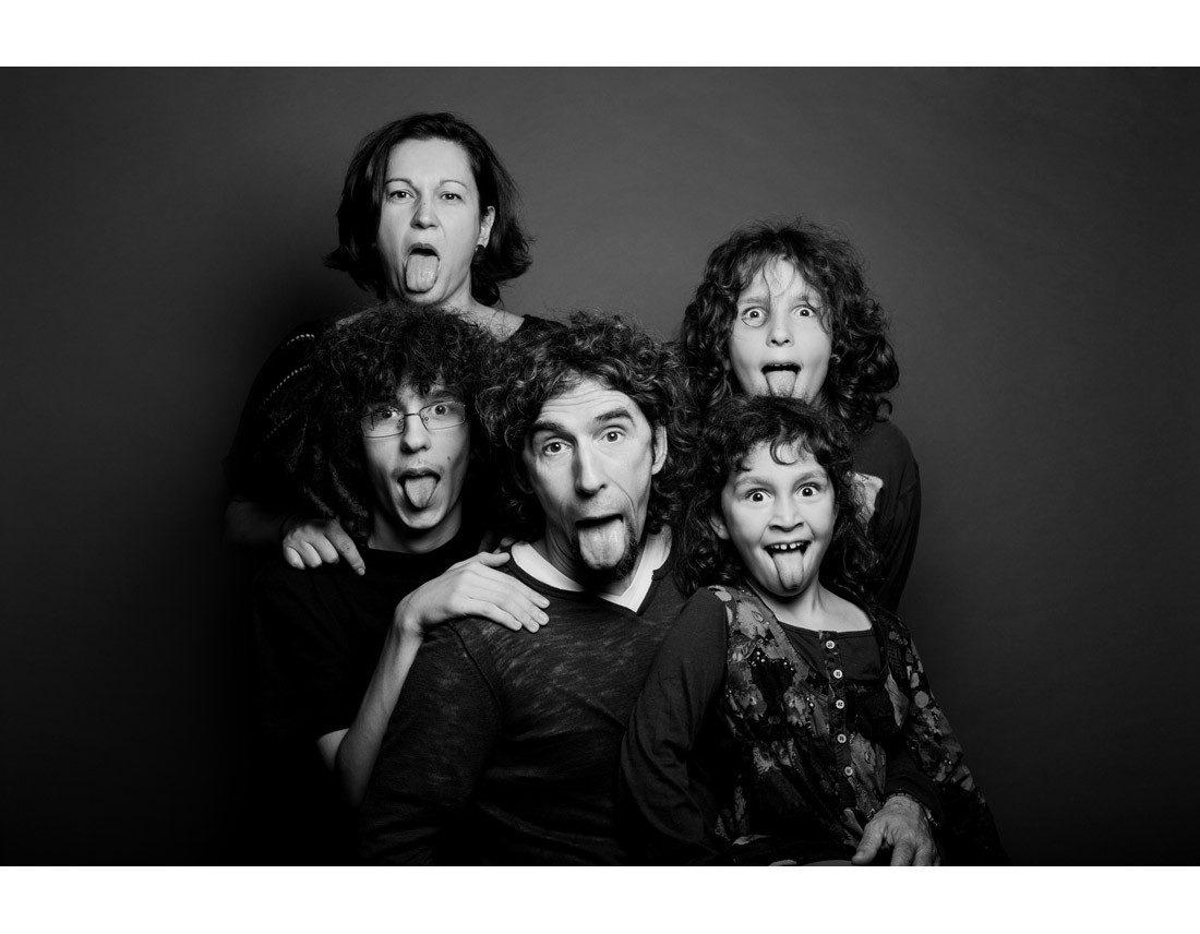 Famille qui tire la langue.