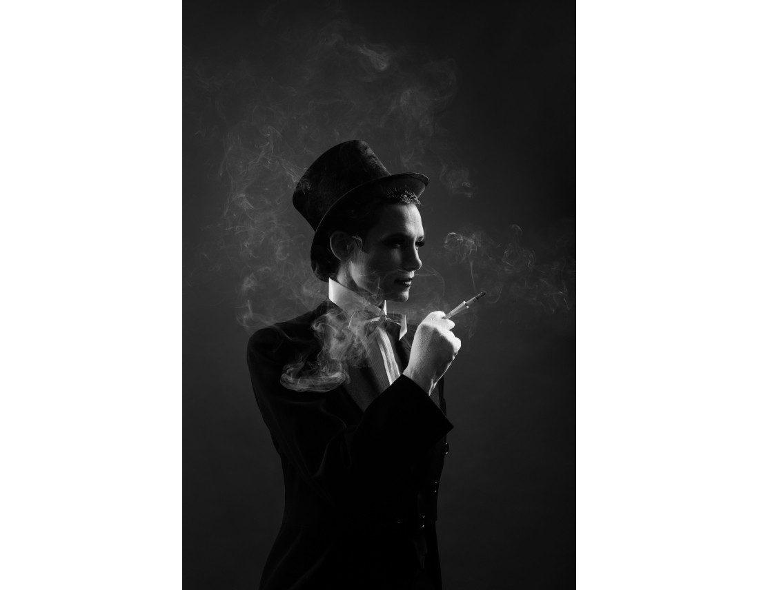 Femme habillée style années 20 et cigarette