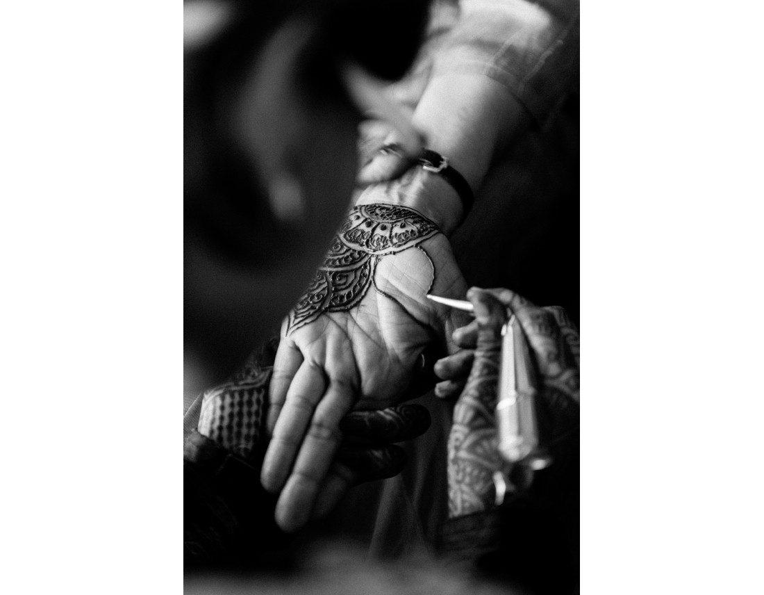 Mehendi sur la main de la mariée.