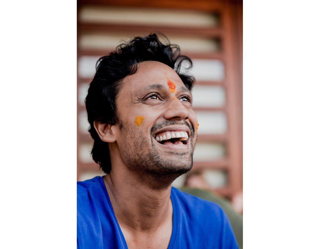 Marié indien qui rit avec curcuma sur les joues.