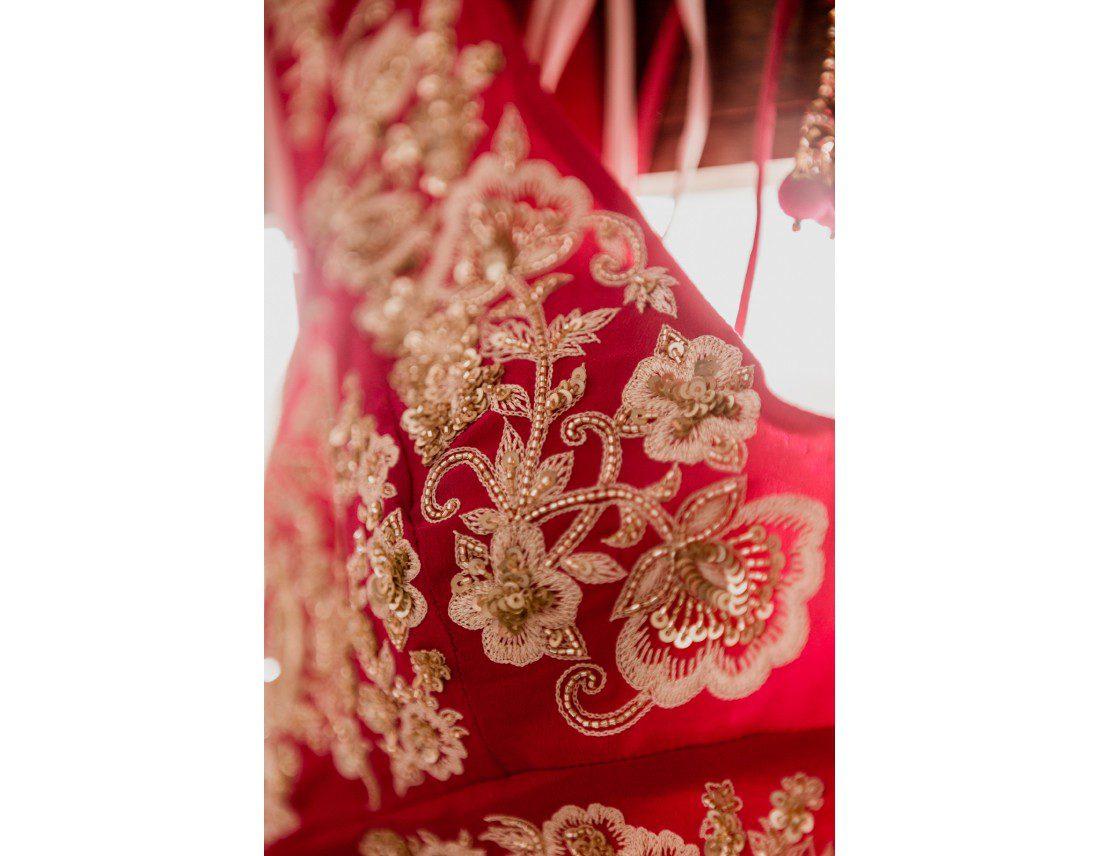 Broderie sur la tenue d'une mariée indienne.