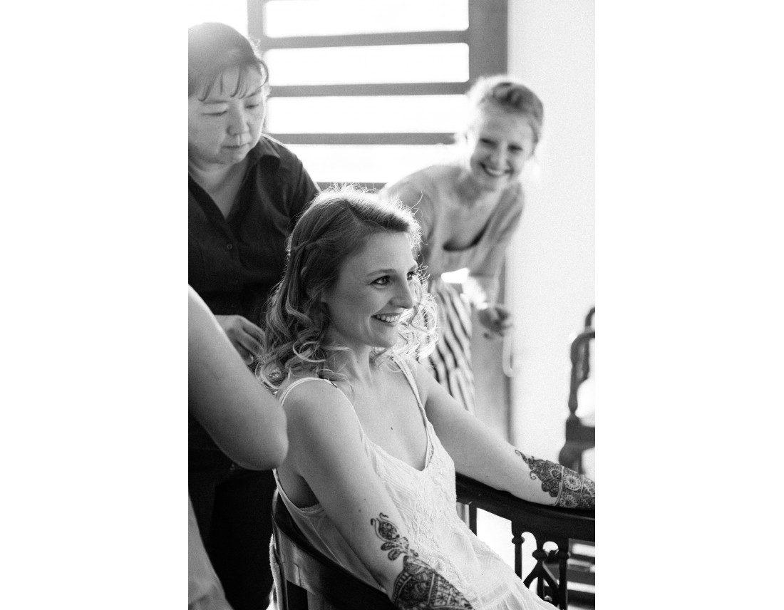 Mariée qui sourit pendant sa preparation de mariage.