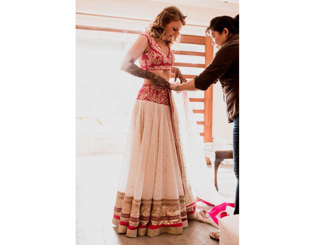 Habillage de la mariée avec son sari de mariage.