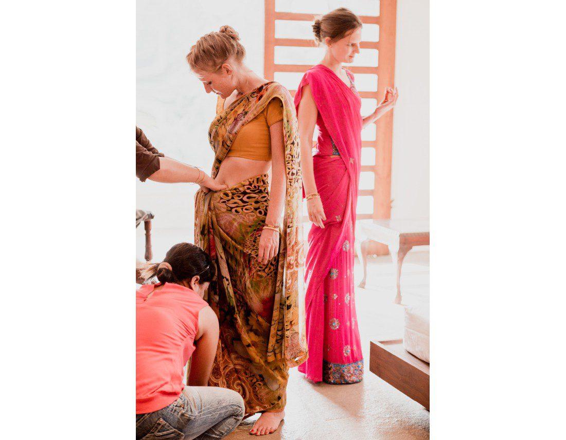Habillage des soeurs et temoins de la mariée, en sari elles aussi.
