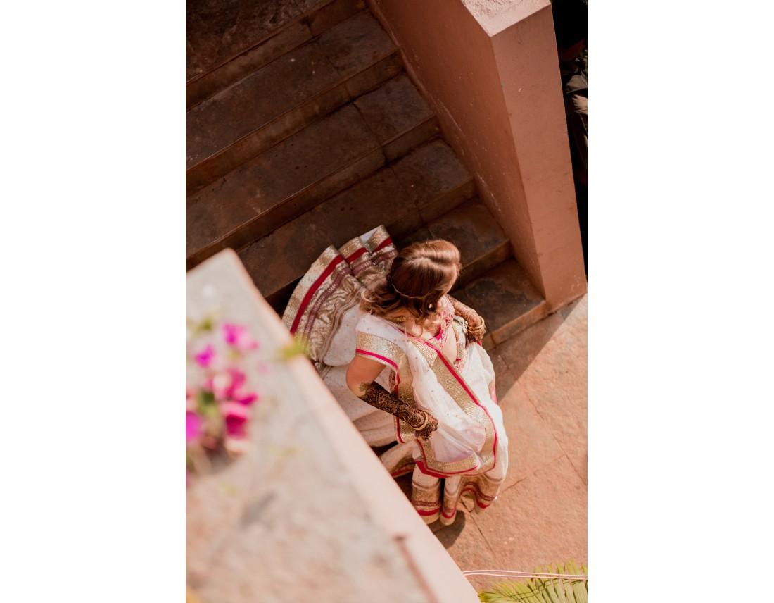 Mariée indienne dans un escalier.