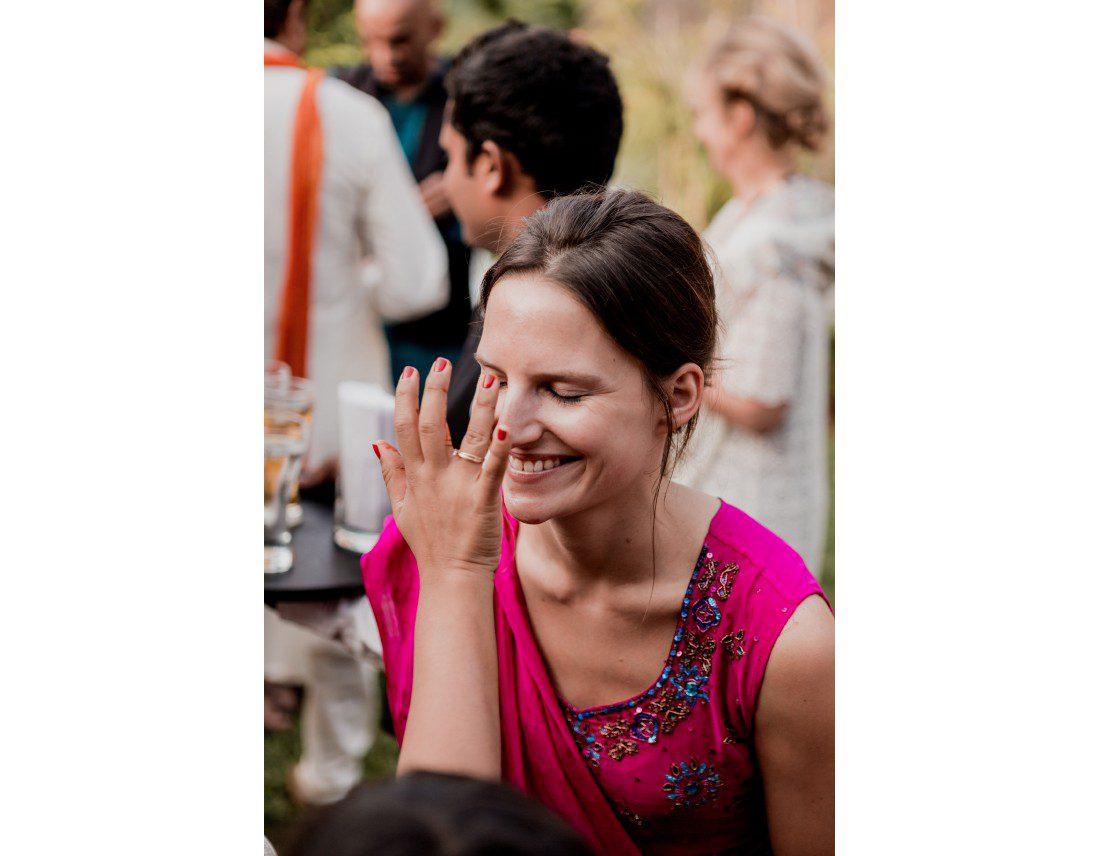 Bindi sur le front d'une invitée occidentale.