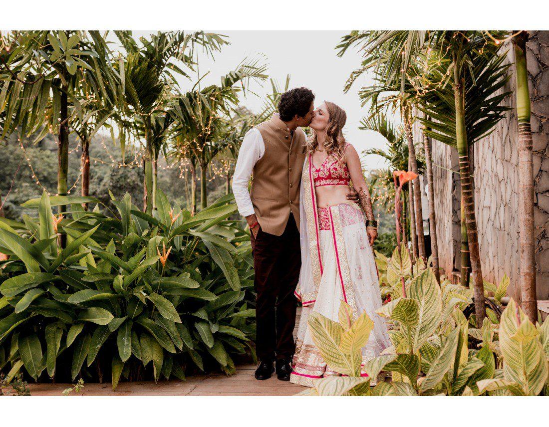 Couple de mariés indiens dans les palmiers.
