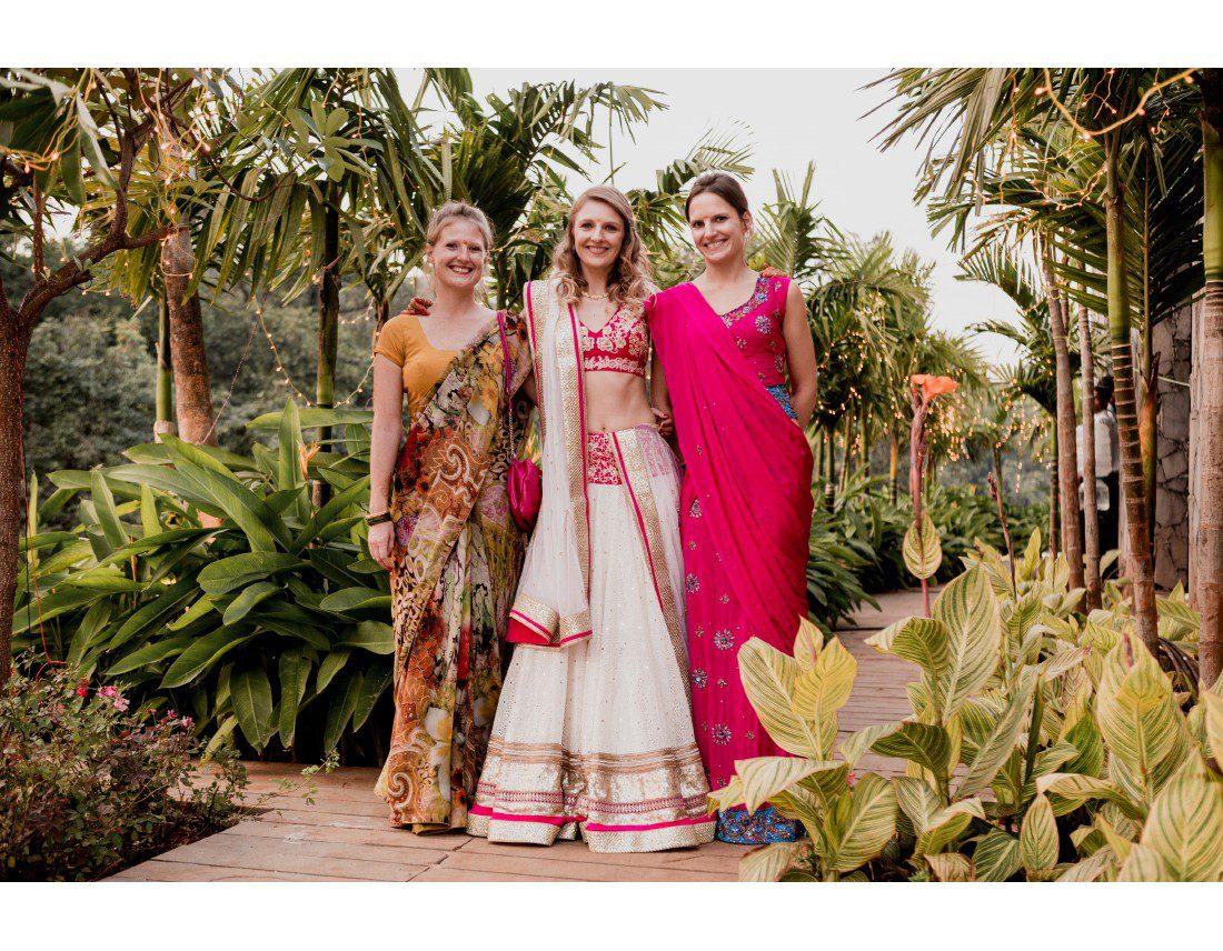 La mariée et ses soeurs en saris.