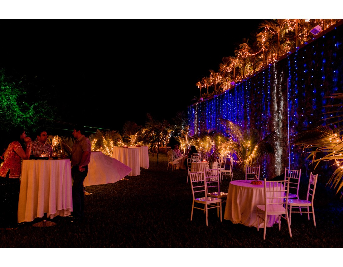 Reception en exterieur avec guirlandes lumineuses.