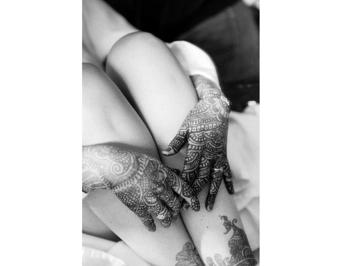Mains de la mariée avec hénné ou mehendi.