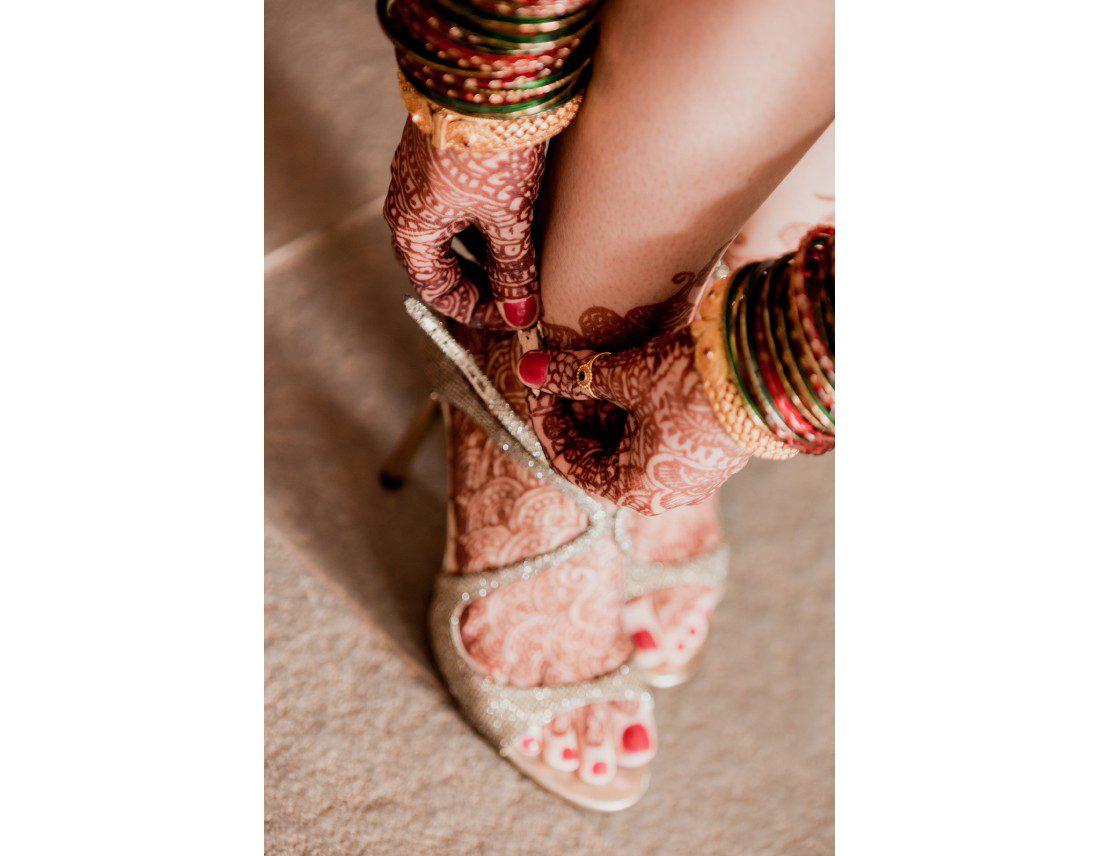 Chaussures de la mariée et mehendi.