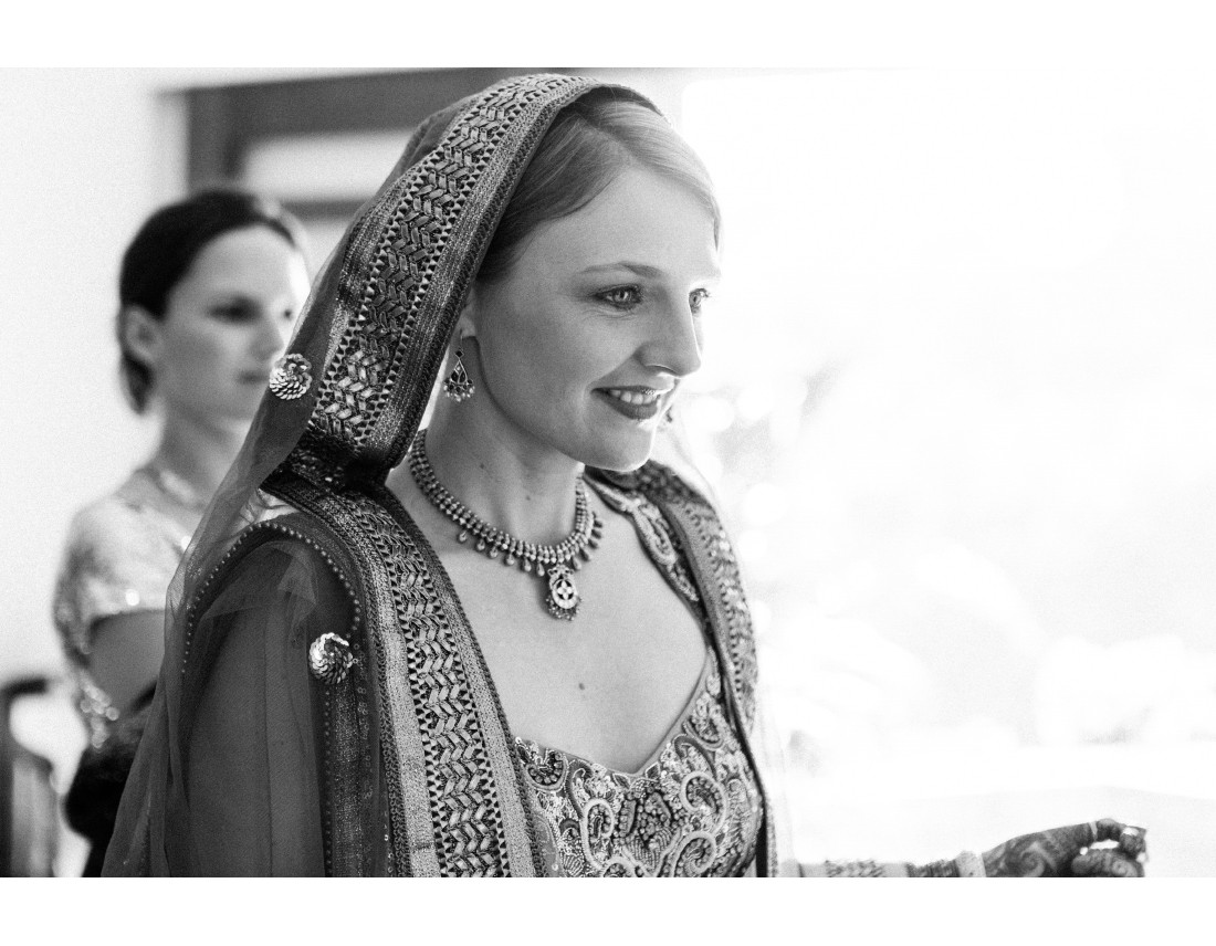 Mariée occidentale en tenue de ceremonie traditionelle indienne.