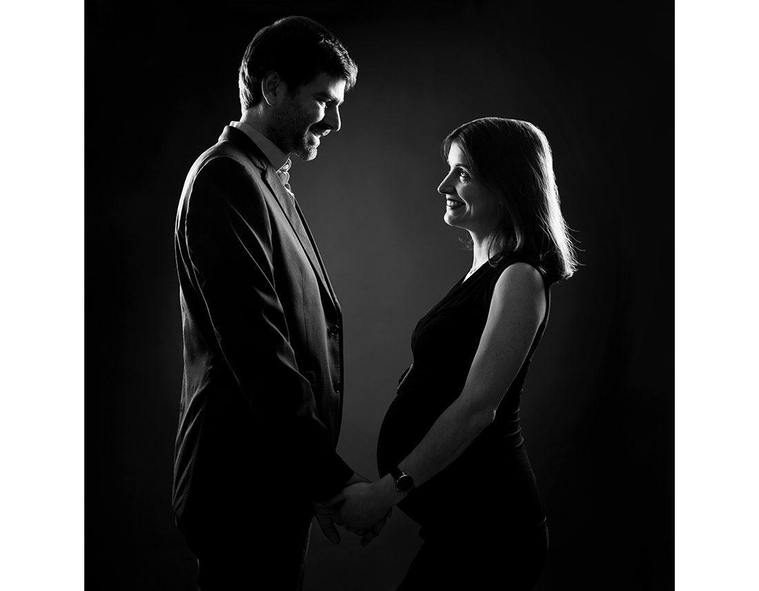 Portrait d'un couple en duo , grossesse, en silhouettes, avec sourire