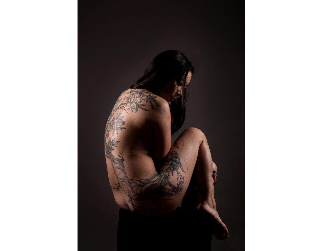 Femme asiatique tatouée nue de dos