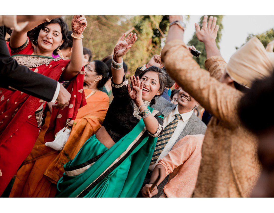 Invitée qui danse a un mariage en Inde.