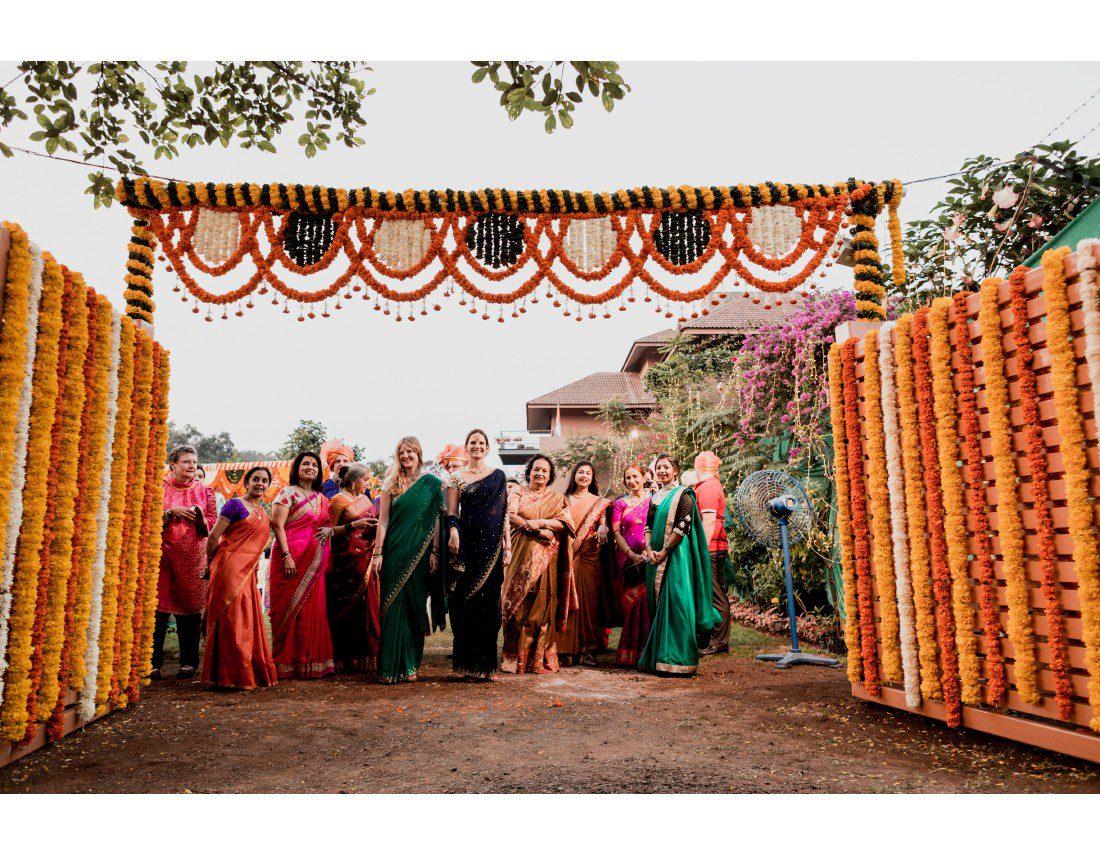Famille de la mariée qui attend le marié et sa famille.