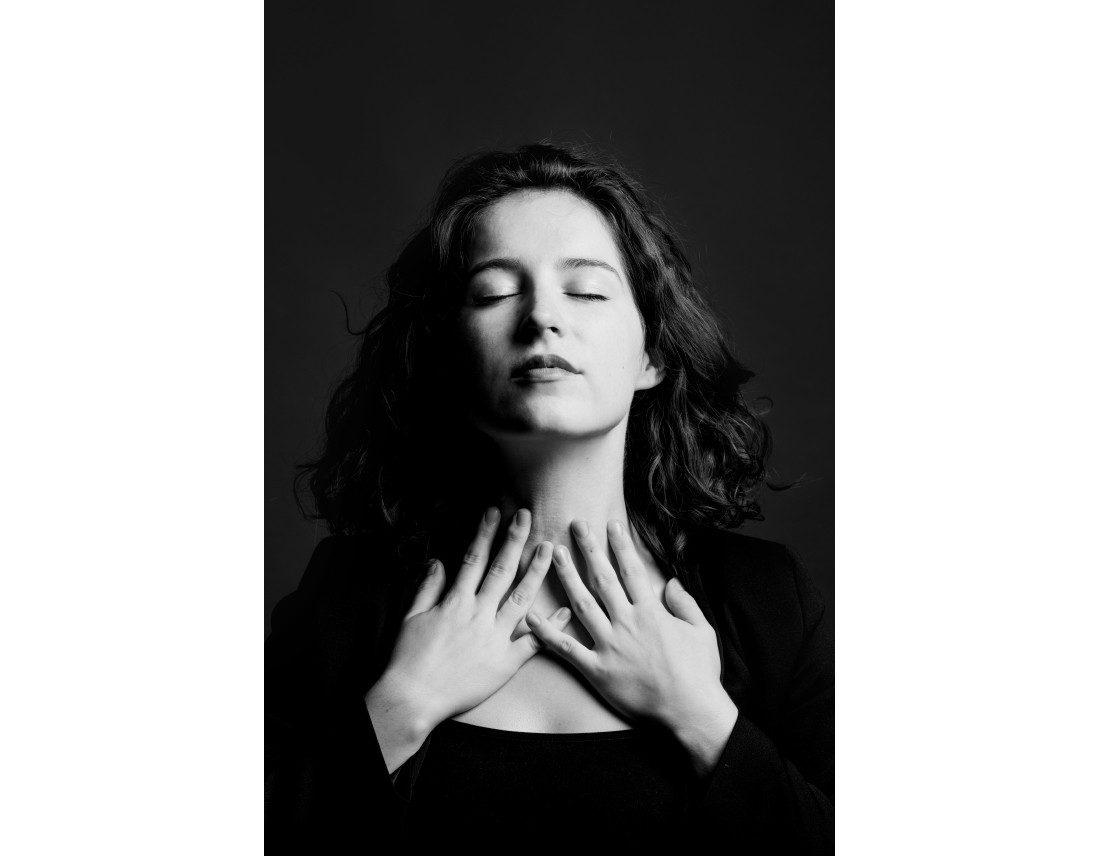 Femme avec mains sur la gorge