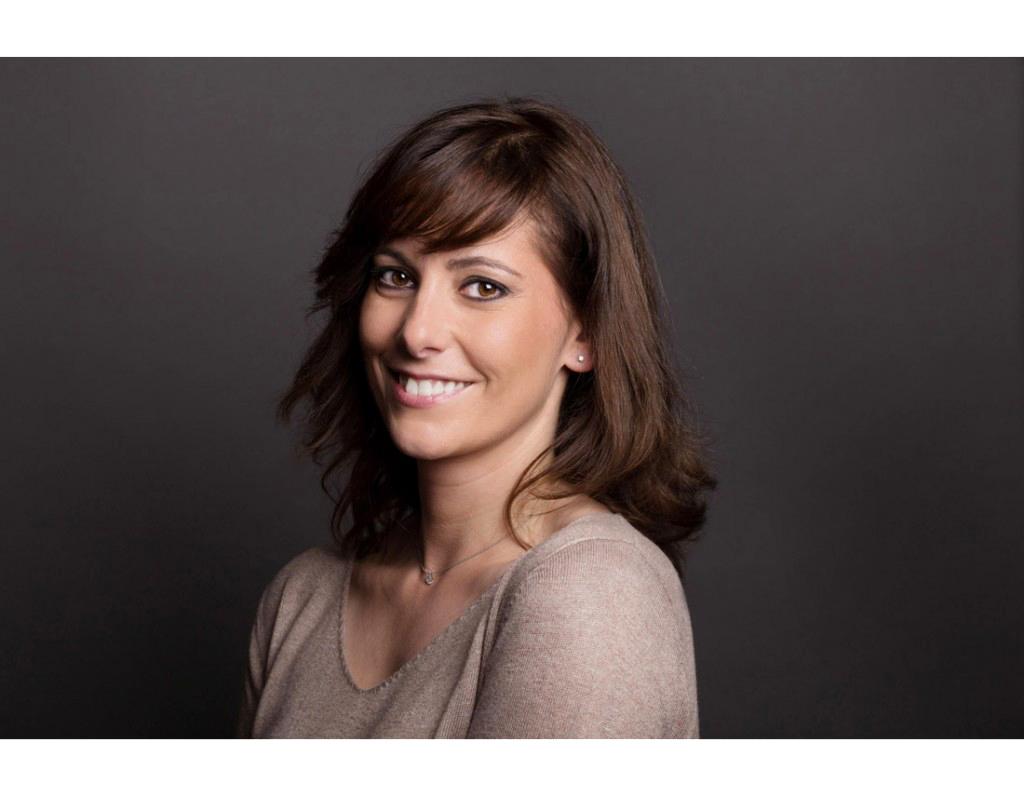Portrait de femme en studio avec sourire