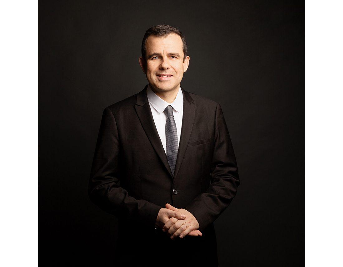 Portrait d'un homme politique corporate en studio fond sombre