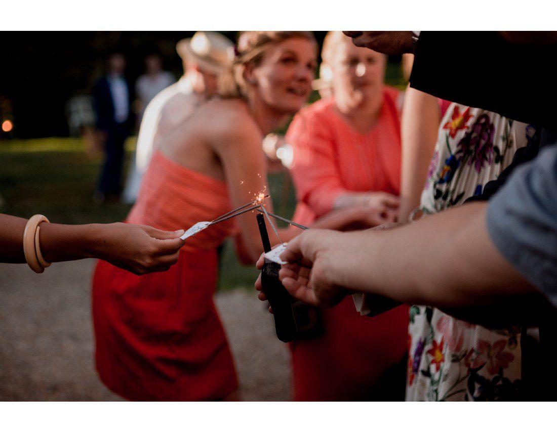 Temoins allumants des sparklers ou cierges magique pour l'entrée des mariés.