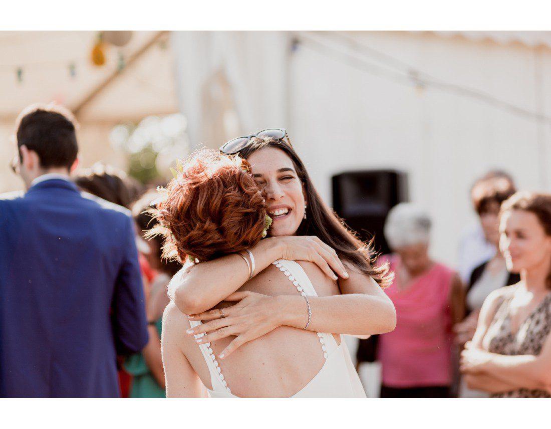 Emotion d'une invitée a un mariage.