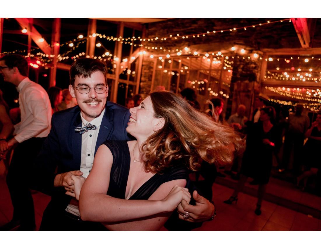 Invités qui dansent a un mariage.