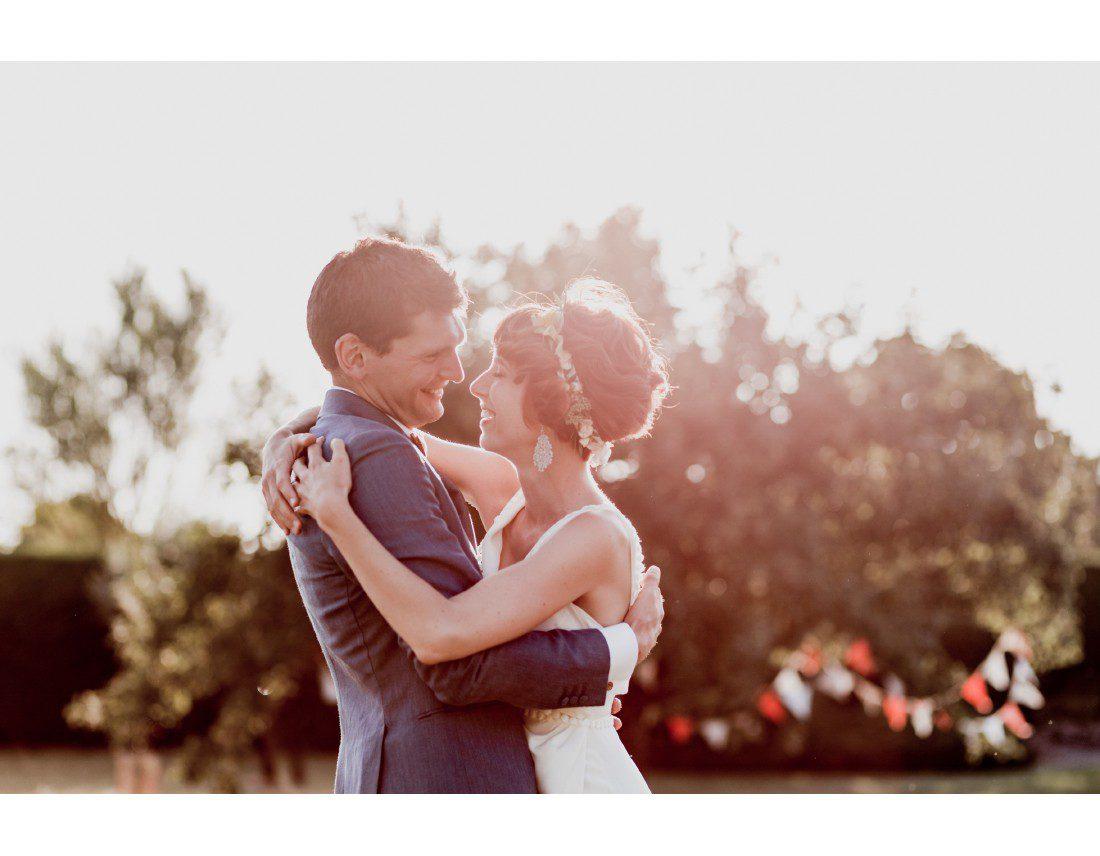 Couple de mariés dans la golden hour.