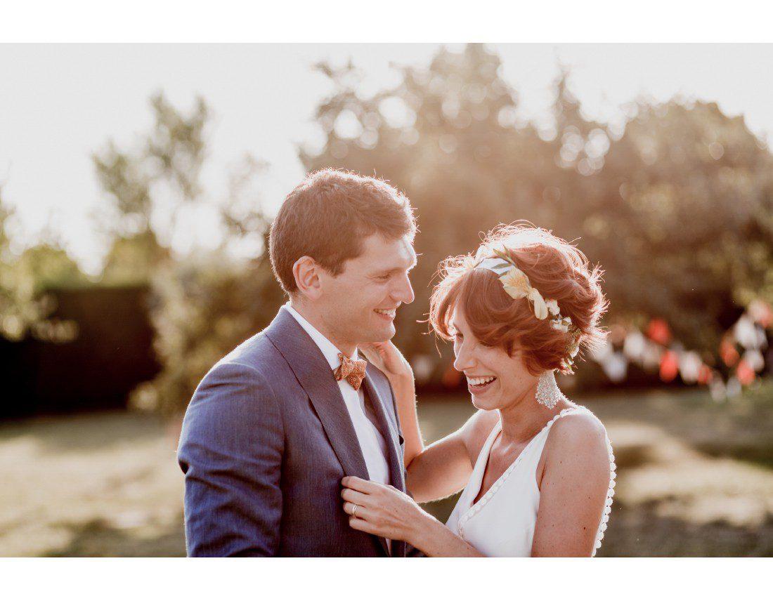 Rire de la mariée en robe berengere Cardera.