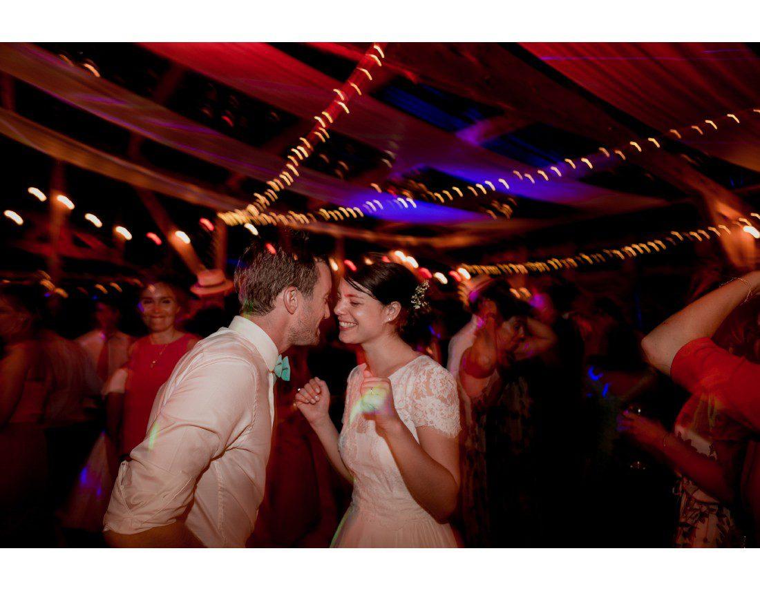 Couple de marié qui danse.