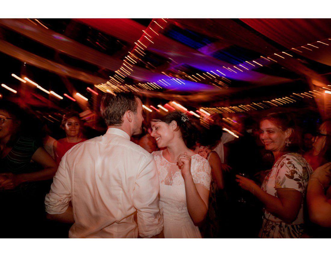 Couple de mariés qui dansent.