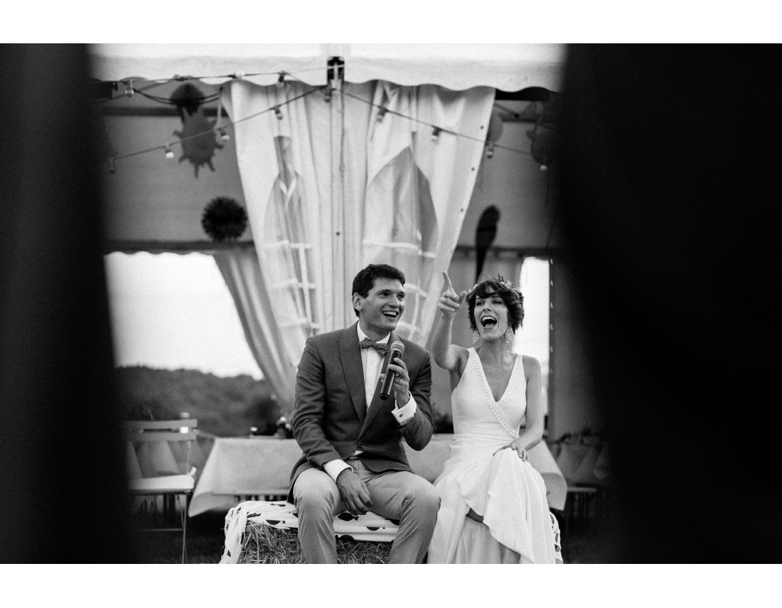 Mariés qui rit pendant jeu de mariage.