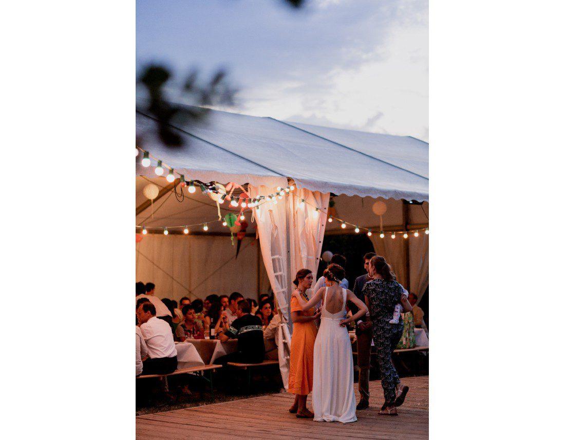 Ambiance de soirée de mariage avec tente.