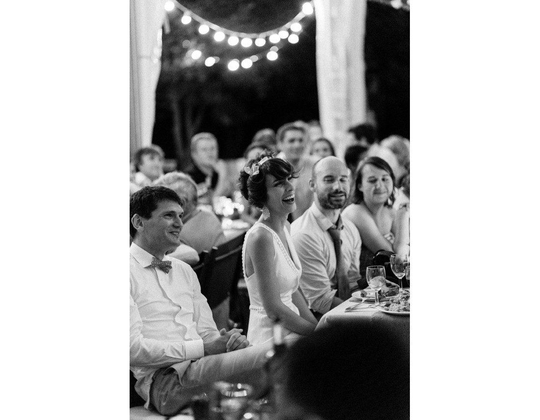 Eclat de rire de la mariée en reaction au discours pendnat la soriée de mariage.
