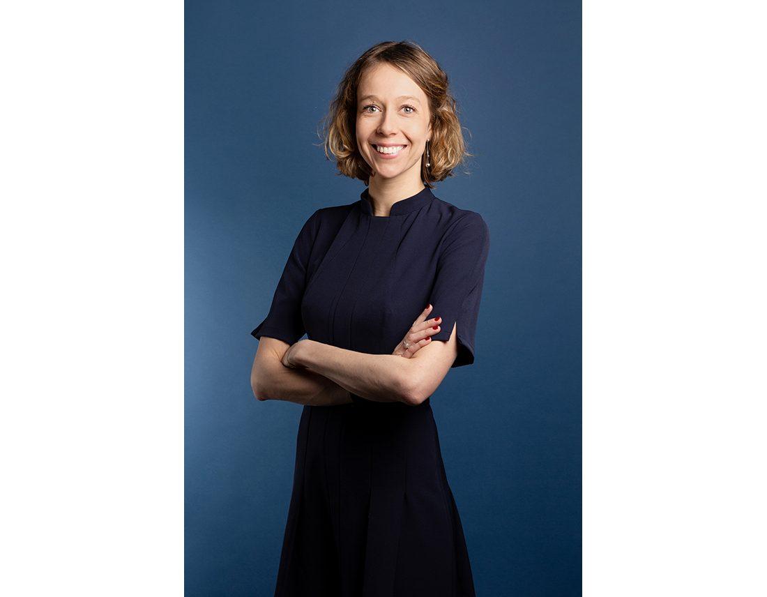 Portrait professionnel d'une femme sur fond bleu
