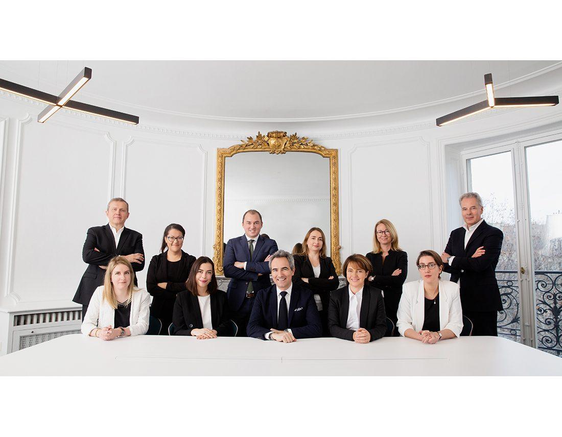 Portrait corporate en groupe equipe d'avocats dans leurs bureaux