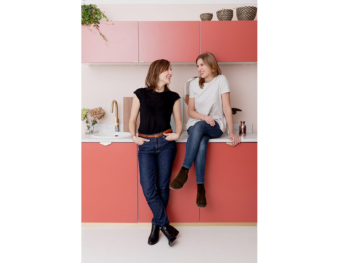 Portrait d'un duo de femme devant cuisine corporate lifestyle