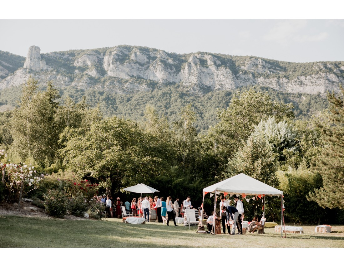 Vue superbe sur els montagnes de la Drome pendant un mariage.