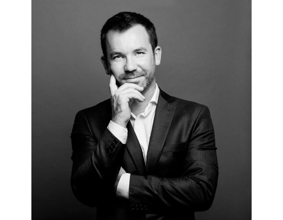 Portrait d'un homme en noir et blanc, main sur visage