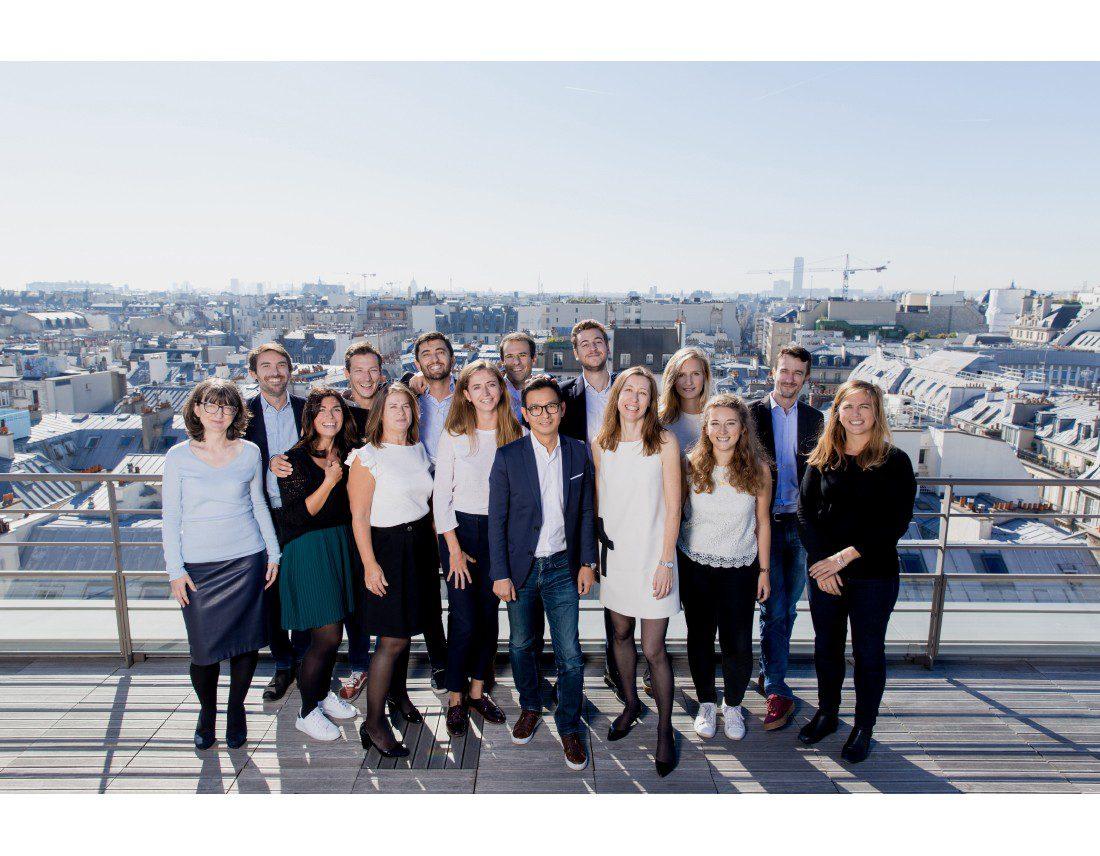 Portrait de groupe sur un toit parisien avec vue sur Paris