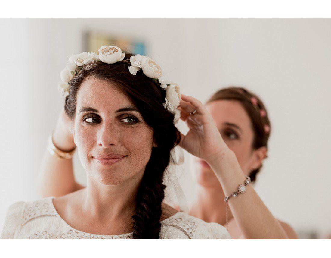 Regard coquin de la futur mariée avec sa couronne de fleurs Laure de sagazan.