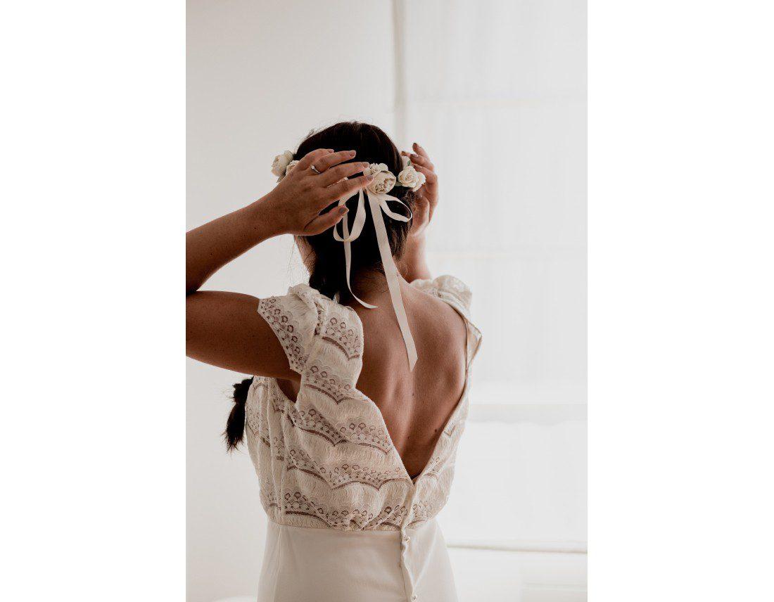 Dos de la mariée en robe de Laure de Sagazan.