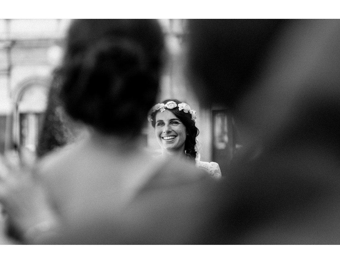 Visage souriant de la mariée en arrivant a la mairie