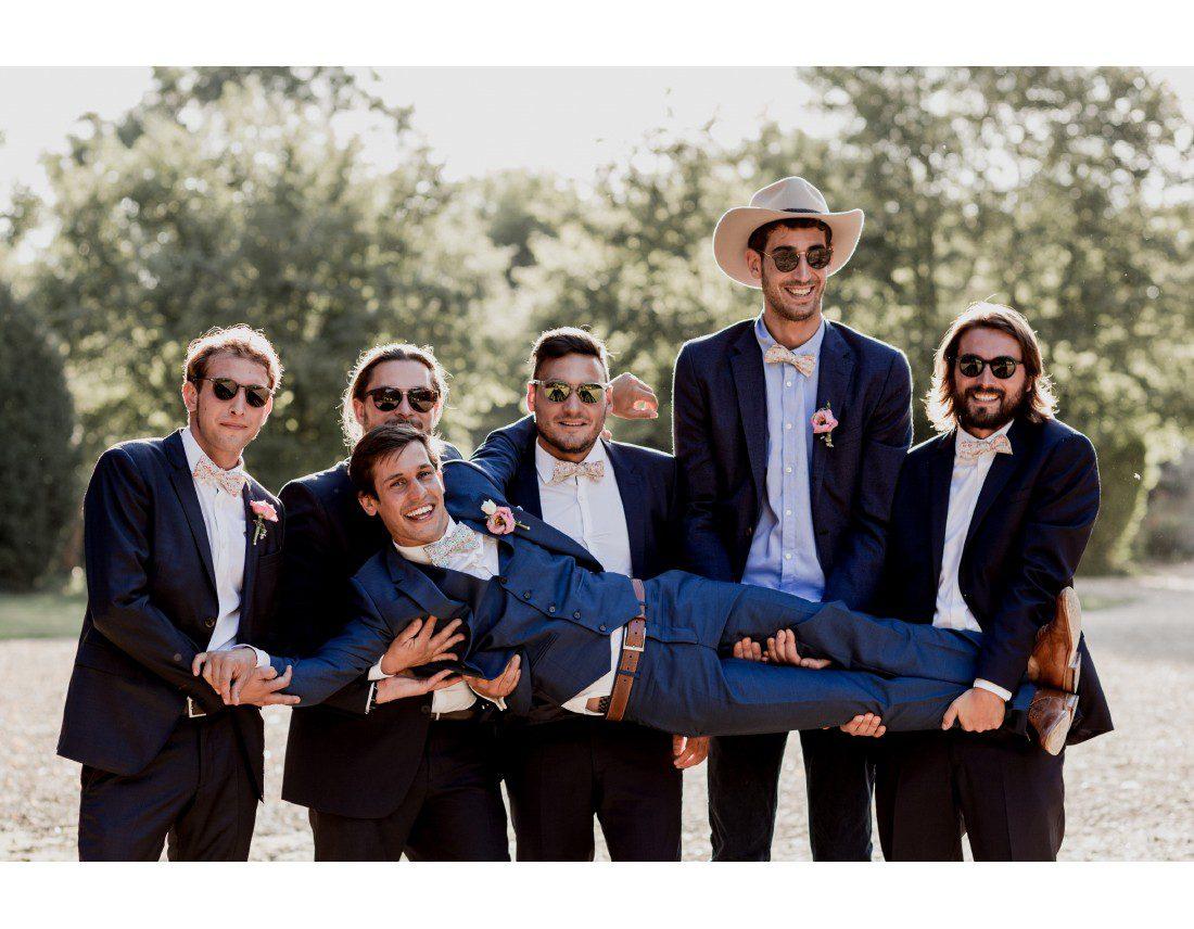 Photo de groupe de copains temoins au mariage.