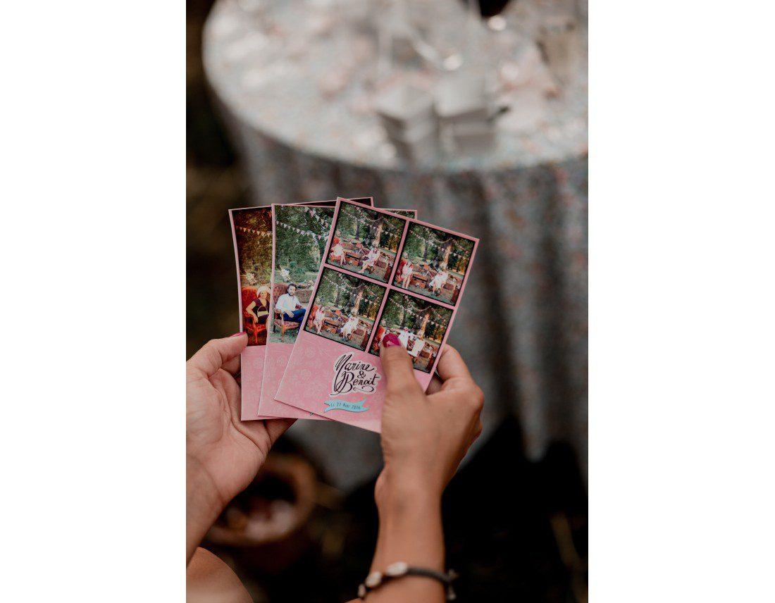 Photos de photomaton dans les mains d'une invité de mariage.